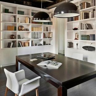 Réalisation d'un bureau design de taille moyenne avec un mur blanc, un sol en bois foncé et un bureau indépendant.