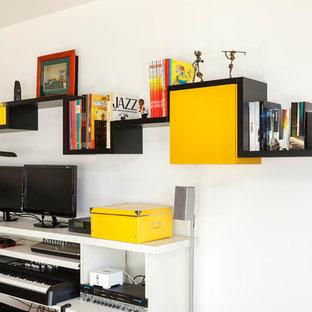 Idées déco pour un bureau contemporain de type studio et de taille moyenne avec un mur blanc et un bureau intégré.