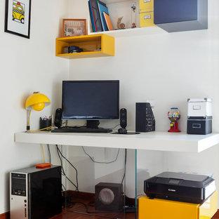 Idée de décoration pour un bureau design avec un mur blanc, un sol en bois foncé et un bureau intégré.