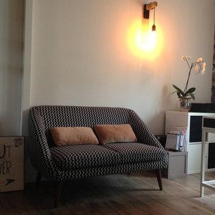 Свежая идея для дизайна: рабочее место среднего размера в скандинавском стиле с разноцветными стенами, полом из ламината, печью-буржуйкой, встроенным рабочим столом и черным полом - отличное фото интерьера