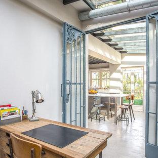 Exemple d'un bureau tendance avec un mur blanc, béton au sol, un bureau indépendant et un sol gris.