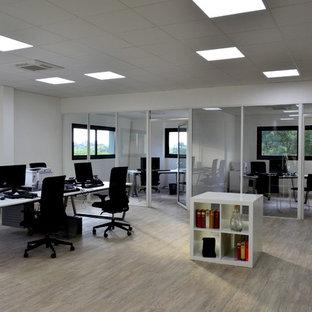 他の地域の大きいコンテンポラリースタイルのおしゃれな書斎 (白い壁、セラミックタイルの床、自立型机、ベージュの床) の写真