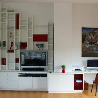マルセイユの大きいコンテンポラリースタイルのおしゃれなホームオフィス・仕事部屋 (ライブラリー、白い壁、ラミネートの床、暖炉なし、造り付け机、茶色い床) の写真