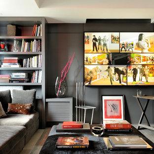 Aménagement d'un bureau éclectique avec un mur noir, un sol en bois foncé, un bureau indépendant et un sol gris.