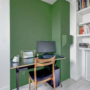 На фото: с невысоким бюджетом рабочие места среднего размера в скандинавском стиле с зелеными стенами, полом из линолеума и отдельно стоящим рабочим столом без камина