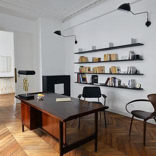 Cette image montre un grand bureau traditionnel avec un mur blanc, aucune cheminée, un bureau indépendant, un sol marron et un sol en bois brun.