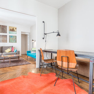 Cette image montre un bureau design de taille moyenne avec un mur blanc, un sol en bois brun, aucune cheminée et un bureau indépendant.