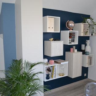 ランスのモダンスタイルのおしゃれなホームオフィス・書斎 (青い壁、ラミネートの床、造り付け机、ベージュの床) の写真