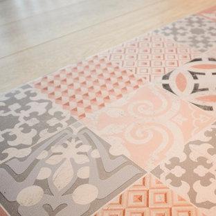 トゥールーズの中サイズのアジアンスタイルのおしゃれな書斎 (赤い壁、ラミネートの床、自立型机、ベージュの床) の写真