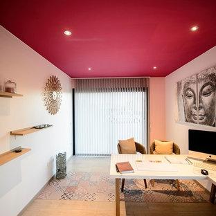 トゥールーズの中サイズのアジアンスタイルのおしゃれな書斎 (赤い壁、ラミネートの床、ベージュの床、自立型机) の写真