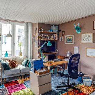 Aménagement d'un bureau éclectique de taille moyenne avec un sol gris, un mur beige, un sol en bois peint et un bureau indépendant.