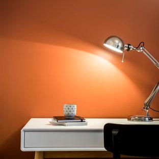パリの中サイズのインダストリアルスタイルのおしゃれな書斎 (赤い壁、淡色無垢フローリング、暖炉なし、自立型机、ベージュの床) の写真