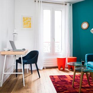 Exemple d'un petit bureau éclectique avec un mur bleu, aucune cheminée, un sol en bois foncé, un bureau indépendant et un sol marron.