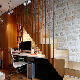 Imagen de despacho actual, pequeño, con paredes blancas, suelo de madera en tonos medios y escritorio empotrado