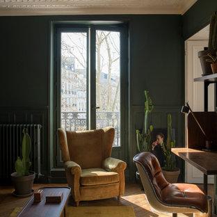 Exemple d'un bureau éclectique avec un mur vert, un sol en bois brun, un bureau indépendant et un sol beige.