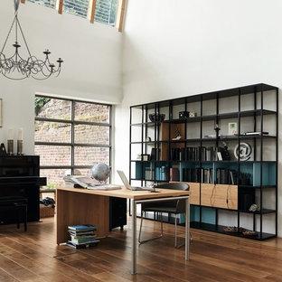 Idées déco pour un grand bureau classique avec un mur blanc, un sol en bois brun, aucune cheminée et un bureau indépendant.