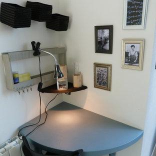 リールの小さいトランジショナルスタイルのおしゃれな書斎 (白い壁、ラミネートの床、自立型机、ベージュの床) の写真