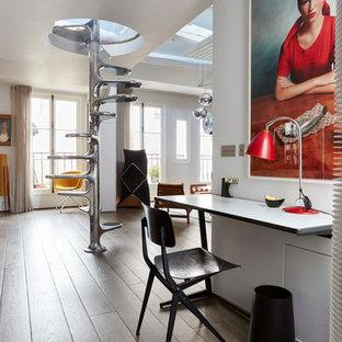 Cette image montre un bureau design avec un mur blanc, un sol en bois brun, aucune cheminée, un bureau indépendant et un sol marron.