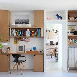 Idée de décoration pour un bureau nordique de taille moyenne avec un mur blanc, aucune cheminée et un bureau intégré.