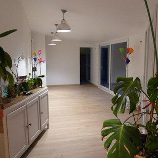 他の地域の巨大なコンテンポラリースタイルのおしゃれなクラフトルーム (白い壁、ラミネートの床、暖炉なし、自立型机、茶色い床) の写真