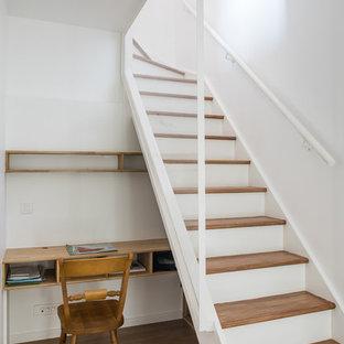 Idées déco pour un petit bureau contemporain avec un mur blanc, un sol en bois brun et un bureau intégré.