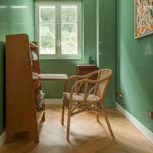 Cette photo montre un bureau bord de mer de taille moyenne avec un mur vert, un bureau indépendant et un sol beige.