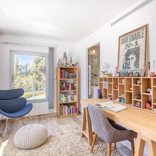 Idées déco pour un bureau contemporain avec un mur blanc, aucune cheminée, un bureau indépendant et un sol beige.
