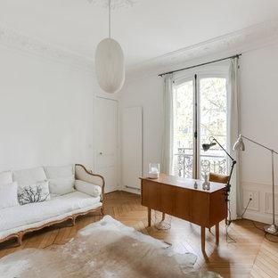 Inspiration pour un bureau traditionnel de taille moyenne avec un mur blanc, un sol en bois clair, un bureau indépendant et aucune cheminée.