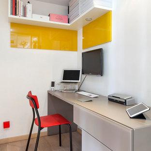 Exemple d'un bureau tendance de taille moyenne avec un mur blanc, un sol en bois clair et un bureau intégré.
