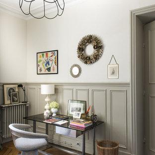 Inspiration pour un bureau bohème de taille moyenne avec un sol en bois brun, un bureau indépendant et un mur blanc.