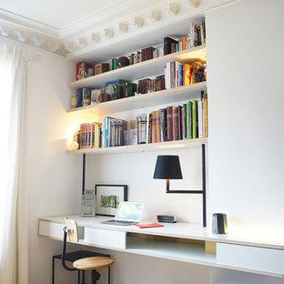 Idee per un ufficio minimal di medie dimensioni con pareti bianche, pavimento in legno massello medio e scrivania incassata