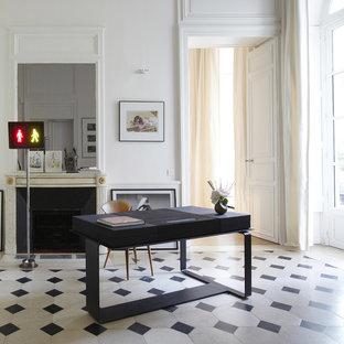 Foto di un grande ufficio minimal con camino classico, cornice del camino in pietra, scrivania autoportante, pareti bianche e pavimento multicolore