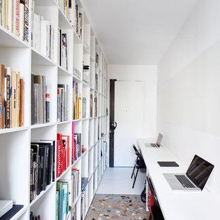 Aménagement d'un bureau scandinave de taille moyenne avec un mur blanc, aucune cheminée et un bureau indépendant.
