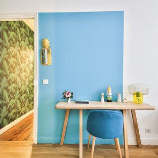 Foto di un ufficio scandinavo con pareti blu, parquet chiaro, nessun camino e scrivania autoportante