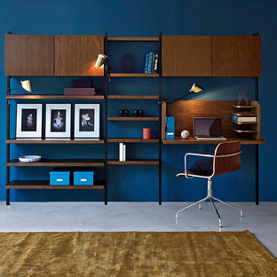 リールの中くらいのミッドセンチュリースタイルのおしゃれな書斎 (青い壁、コンクリートの床、暖炉なし、造り付け机) の写真