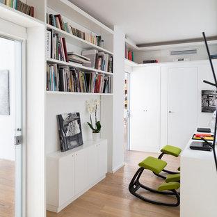 Inspiration pour un bureau design de taille moyenne avec un mur blanc, un sol en bois foncé et un bureau indépendant.