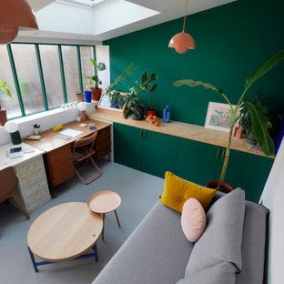 Bild på ett mellanstort funkis hobbyrum, med gröna väggar, betonggolv, ett fristående skrivbord och grått golv