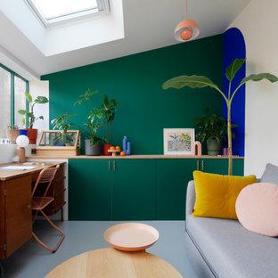 パリの中くらいのエクレクティックスタイルのおしゃれなクラフトルーム (緑の壁、コンクリートの床、自立型机、グレーの床、三角天井) の写真