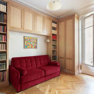Idee per un grande ufficio classico con pareti beige, pavimento in legno massello medio, camino ad angolo, cornice del camino in pietra, scrivania incassata e pavimento arancione