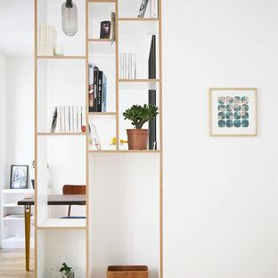 Immagine di un piccolo ufficio contemporaneo con pareti bianche, parquet chiaro, scrivania incassata e pavimento beige