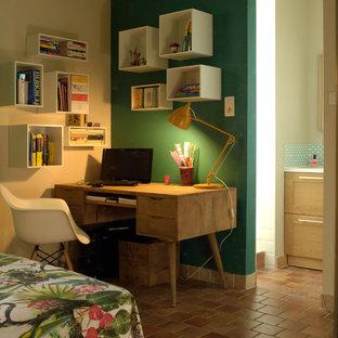Cette image montre un bureau vintage de taille moyenne avec un mur vert et un sol en carreau de terre cuite.