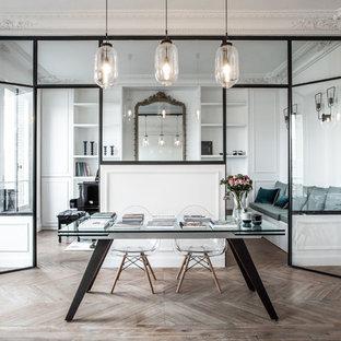 Foto di un ampio studio design con pareti bianche, parquet chiaro, scrivania autoportante e pavimento marrone