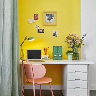 ナントの小さいモダンスタイルのおしゃれな書斎 (黄色い壁、濃色無垢フローリング、自立型机、茶色い床) の写真