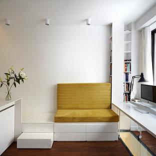 Exemple d'un petit bureau tendance avec un mur blanc, aucune cheminée, un sol en bois foncé et un bureau indépendant.
