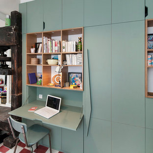 パリの小さいコンテンポラリースタイルのおしゃれな書斎 (青い壁、暖炉なし、造り付け机) の写真