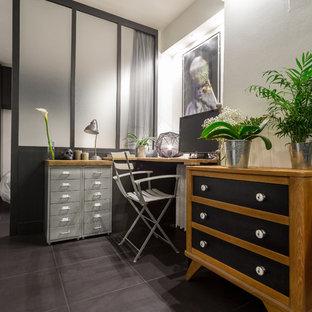 ニースの中くらいのインダストリアルスタイルのおしゃれな書斎 (白い壁、セラミックタイルの床、暖炉なし、自立型机) の写真