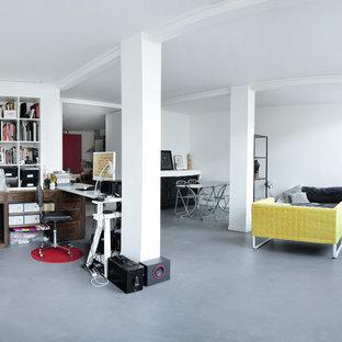Immagine di uno studio design con pareti bianche, pavimento in linoleum e pavimento grigio