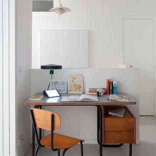 Exemple d'un bureau tendance avec un mur blanc, un bureau indépendant et un sol gris.
