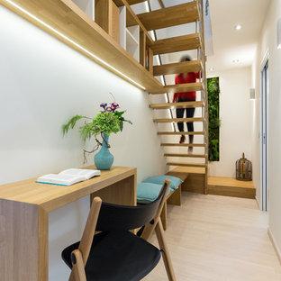 Aménagement d'un petit bureau moderne avec un bureau indépendant.