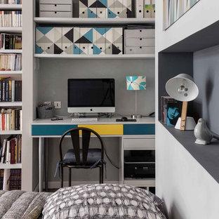 Cette photo montre un petit bureau scandinave avec un mur blanc et un bureau intégré.